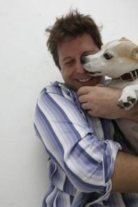 perro contento con amo